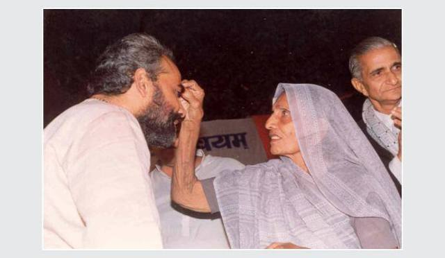 Modi-seeking-the-blessings-of-his-Mother